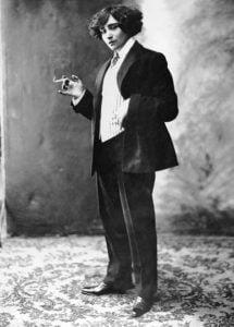 colette en pantalon (colette in a suit)