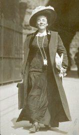 Jessie Tarbox Beals walking a city street