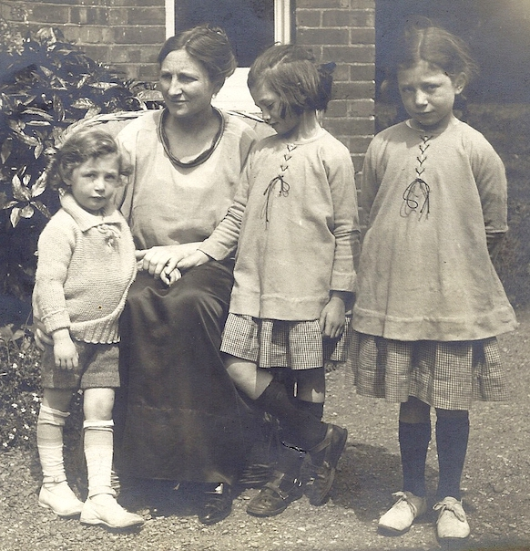 Helen Tracy Lowe-Porter and daughters 1920